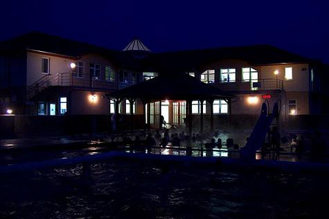 Bazény v Podhájské jsou otevřené večer…
